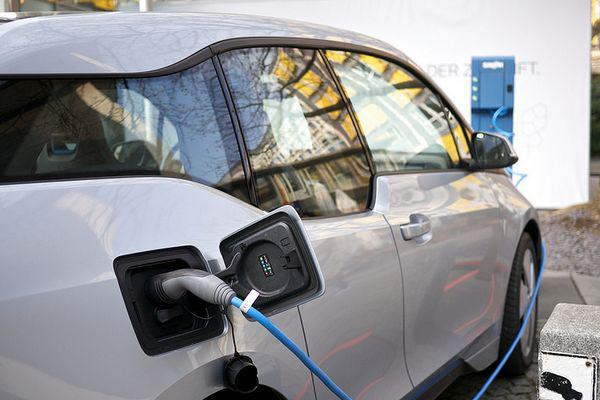 Electric-cars-share-bike-lanes