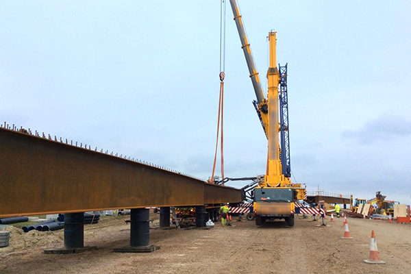 Bridge beam lift over the M1 as part of the A5-M1 Link scheme